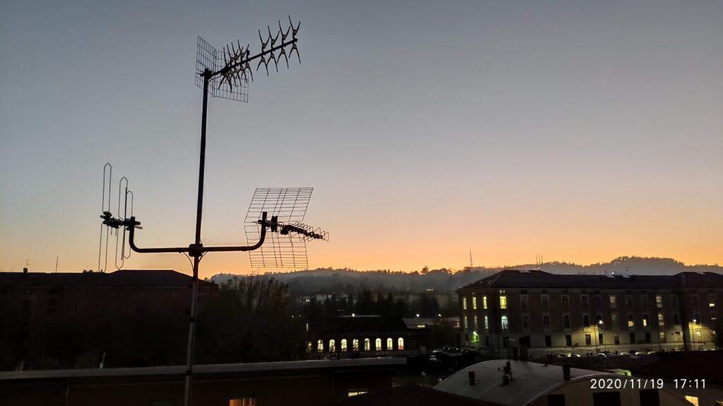 Digitale terrestre 2 switch off cerca l'antennista esperto che lavora in sicurezza.